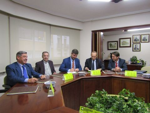 En la firma del acuerdo Eusebio Climent Mayor, Mariano Hernanz Hernanz, José María Martín Gavín, Francisco Jesús García Cámara y Jesús Juárez López