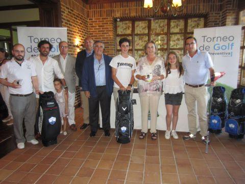 En la imagen, el Presidente de Preventiva D. Antonio Fernández- Huerga, posa junto a los premiados durante la entrega de trofeos