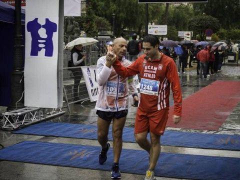 Dos de los atletas participantes en la carrera en el momento de su llegada a meta