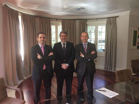 En la foto, de izquierda a derecha, Jorge Grau, Adjunto a la Dirección Comercial de Preventiva, Jorge Campos Moral, Presidente de NEWCORRED y Jose M Martín Gavín Director Comercial y de Desarrollo Estratégico de Preventiva.