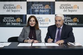 Eduardo González, junto a la Vicepresidenta de la AECC, Laura Ruiz de Galarreta